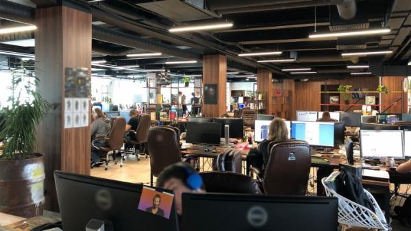 Авторы S.T.A.L.K.E.R. 2 поделились фото из своего офиса — Киану Ривз пробрался и туда0